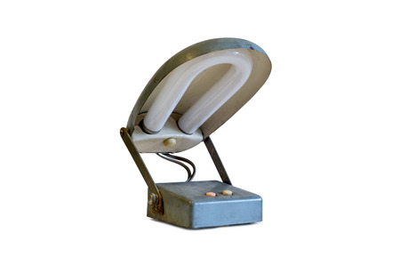 arredamento classico: Vecchio metallo lampada da tavolo isolato su sfondo bianco.