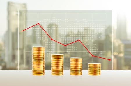 Geldverlies, bedrijfsconcept. Gouden muntenstapels. Financiën neer met wereldkaart en cityscape achtergrond. Stockfoto