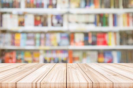 책장 배경에서 흐리게 책장 빈 나무 탁자 위에. 제품 디스플레이를 사용할 수 있습니다. 스톡 콘텐츠