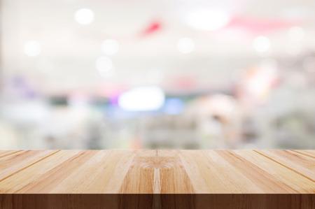 Leere Holztischplatte mit verschwommenem Restaurant- oder Cafélichthintergrund. Produktanzeige verwendet werden kann. Standard-Bild