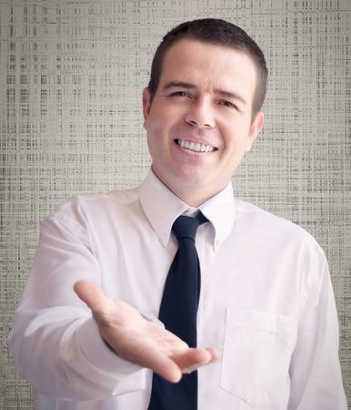 publicidad exterior: hombre de negocios que ofrece la mano Foto de archivo