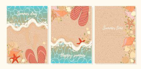 Vektor-Set Sommerpostkarten mit Seestern Muscheln Hausschuhe und Algen an der Küste. Sommerhintergrund sandiger Strand mit azurblauen Schaumwellenspuren im Sand.