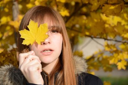 one sheet: Giovane ragazza dai capelli rossi chiuse gli occhi un foglio di cuneo giallo