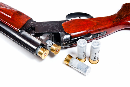 fusil de chasse: Hunting shotgun and ammunition on white background. Cartridges for hunting rifle. Close up view showing mechanism of hunting rifle. Isolated on white.
