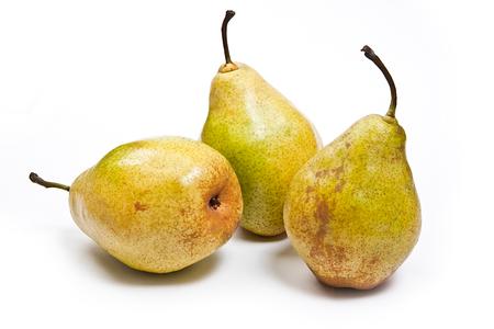 pera: Tres peras verdes frescas. Grupo de frutas maduras jugosas. Vista de la pera conferencia aislada en el fondo blanco. Foto de archivo