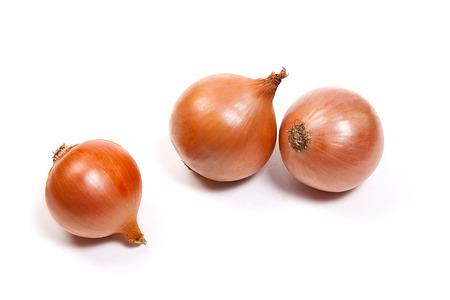 cebolla: cebollas frescas verduras en el fondo blanco. Arreglo de tres cebollas frescas maduras aisladas sobre fondo blanco.