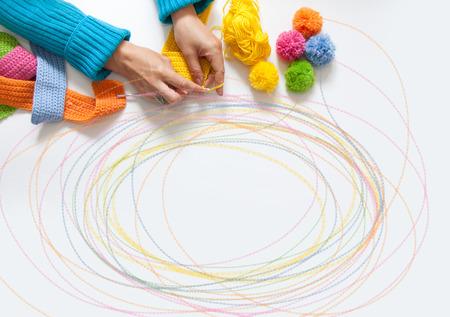 paletas de caramelo: La mujer teje una tela de color gancho. Vista desde arriba.