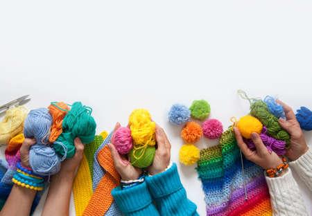 paletas de caramelo: Las mujeres de punto y ganchillo telas de color. Vista desde arriba. Foto de archivo