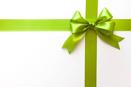 Grünes Band mit Schleife als Geschenk auf weißem Hintergrund Standard-Bild