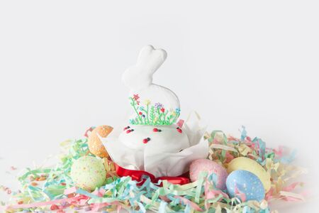 Russian Orthodox Easter. White and pink background. Easter cake, Easter bunny, colored eggs. 免版税图像