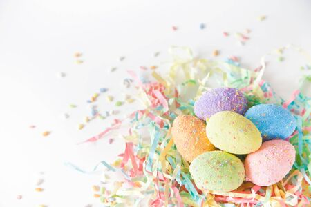 Painted Easter eggs in a birds nest. Pink background. Pastel shades. 免版税图像