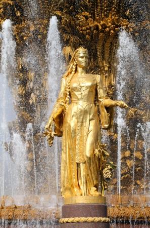 """"""" Les plus belles Fontaines de France et du Monde """" - Page 2 22243933-fille-avec-une-fontaine-de-l-amitie-des-peuples-georgie"""