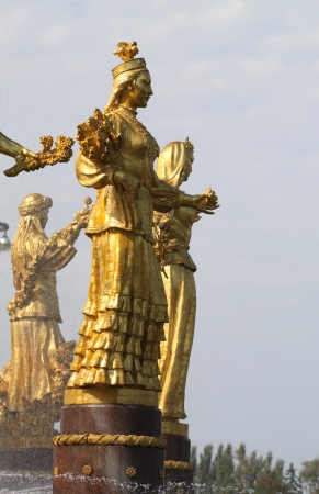 """"""" Les plus belles Fontaines de France et du Monde """" 22243936-fille-avec-une-fontaine-de-l-amitie-des-peuples-du-kazakhstan"""