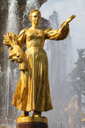 """"""" Les plus belles Fontaines de France et du Monde """" - Page 2 22244015-fille-avec-fontaine-de-l-amitie-d-un-peuple-russe"""