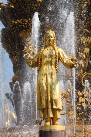 """"""" Les plus belles Fontaines de France et du Monde """" - Page 2 22243592-fille-avec-une-fontaine-de-l-amitie-des-peuples-turkmenistan"""