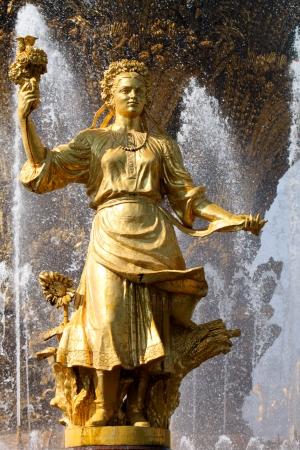 """"""" Les plus belles Fontaines de France et du Monde """" 22243607-fille-avec-une-fontaine-de-l-amitie-des-peuples-ukraine"""