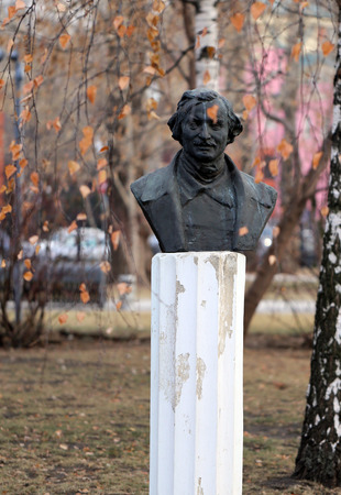 frock coat: bust of Vladimir Lenin in the park is photographed close-up Stock Photo