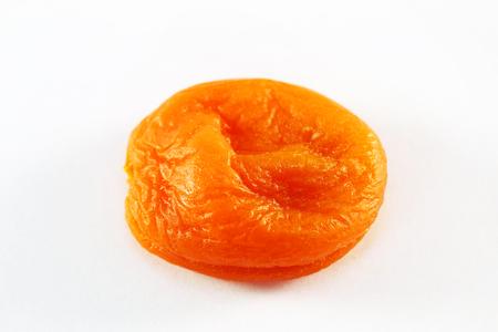 frutas secas: frutos secos de melocot�n primer fotografiado sobre un fondo blanco