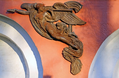 weeping angel: Sculpture of an angel on the wall of the Donskoi monastery in Moscow