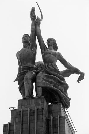 Arbeitskraft- und Kollektivbauernhofmädchendenkmal von Schwarzweiss-Fotos in der Stadt Moskau