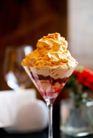 Leckeres süßes Dessert mit Sahne und Himbeere Standard-Bild