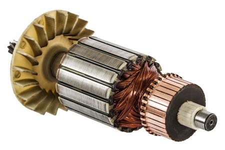 bobina: Rotor del motor eléctrico de cerca, aislado en fondo blanco