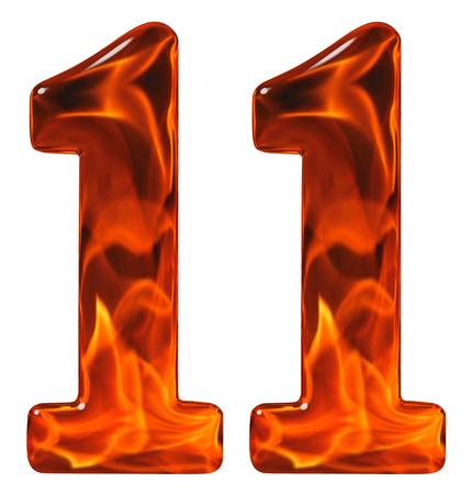 11, elf, Ziffer aus Glas mit einem abstrakten Muster eines flammenden Feuers, isoliert auf weißem Hintergrund