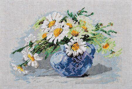 Image brodée, nature morte avec bouquet de fleurs dans un vase, point de croix sur toile textile, isolé sur fond blanc