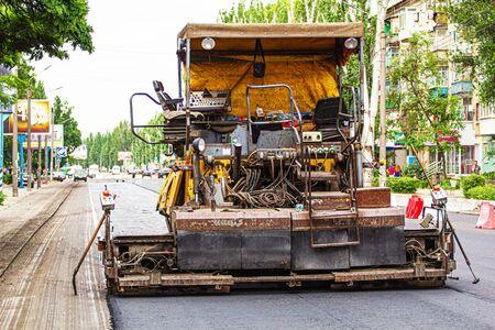 道路上のペーバー、市内の路上での道路の修理 写真素材