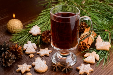 cup of mulled wine and cookies on wood 免版税图像