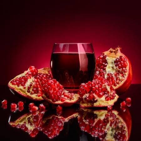 grenade fruits rouges sur un fond sombre Banque d'images