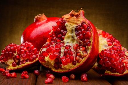 rouges grenade fruits sur un mur sombre Banque d'images