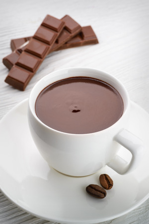 hot chocolate with coffee beans on white wooden  免版税图像