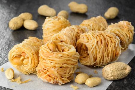 comida arabe: Primer plano de aves anidan postre baklava con cacahuetes. Enfoque selectivo