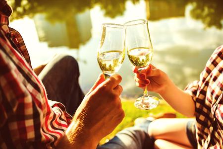 brindisi spumante: L'uomo e la donna di vino che tintinna bicchieri di champagne