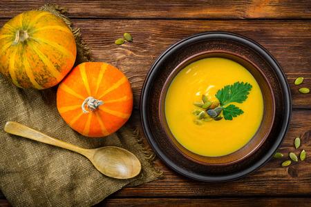 Homemade Autumn Butternut Squash Soup rustic wooden table 免版税图像