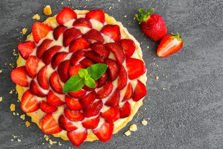 vue de dessus de la tarte aux fraises fraîches ou tarte aux baies sur fond gris