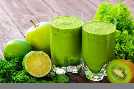 Smoothie vert mélangé avec des ingrédients de mise au point sélective Banque d'images