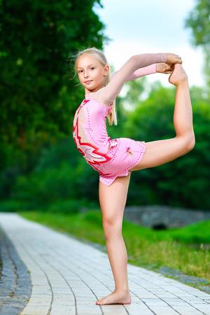 gymnastique: Image de flexibles petite fille faire de la gymnastique split vertical