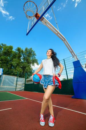 rapero: Actitud rapero cantante de rap hip hop bailarín que realiza. Mujer con estilo que presenta en la cancha de baloncesto. Foto de archivo