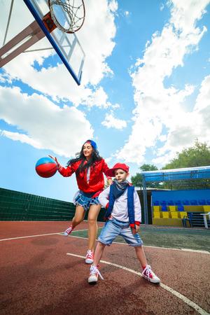 rapero: Actitud rapero cantante de rap hip hop bailar�n que realiza. Mujer con estilo y poco baloncesto muchacho que juega.