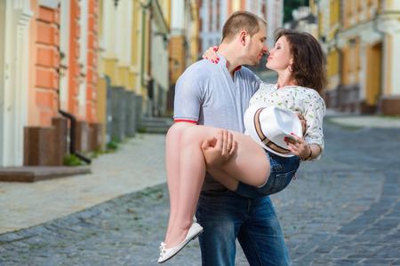 baiser amoureux: Bonne jeune couple dans l'amour embrassant à la ville Banque d'images
