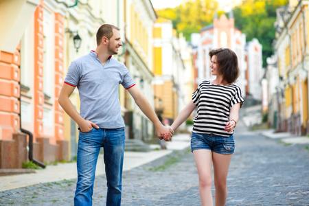 pareja adolescente: Pareja feliz en el amor caminando en la ciudad.