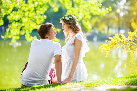 feliz pareja joven disfrutando de las vacaciones en el lago. y tener tiempo de vacaciones de verano Foto de archivo