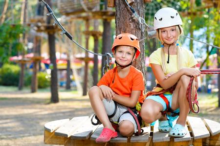 Junger Junge und Mädchen, die Spaß haben, wenn dabei Aktivitäten im Freien. Glückliche Kindheit Konzept.
