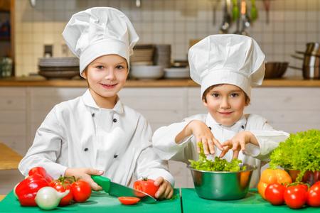 cooking: Niños cocinero felices divertidos de cocina en el restaurante de cocina.