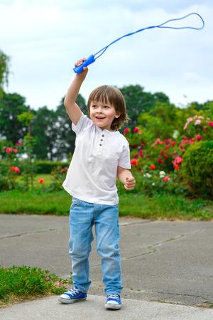 Sport et le concept activité de style de vie. garçon mignon avec la corde à sauter.