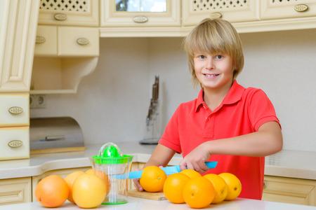 adolescent drôle avec les agrumes. Garçon tenant les oranges de fruits.