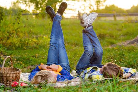 garçon souriant heureux et fille couchée ensemble sur tapis. concept de l'amour romantique ou le premier