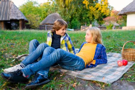 Happy lachende jongen en meisje liggen samen op tapijt. romantisch of eerste liefde concept